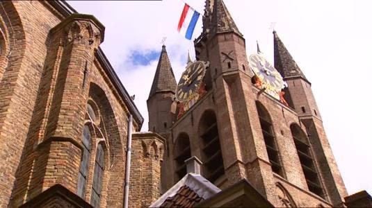 658365146-oude-kerk-bandiera-dell'olanda-delft-orologio-del-campanile